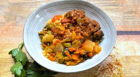 Boulettes de bœuf assaisonnées, légumes à couscous et semoule