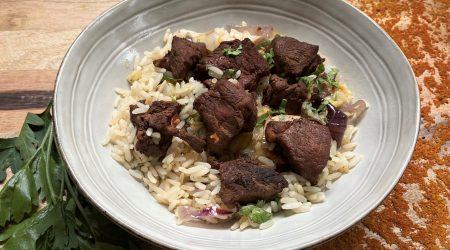 Salade de porc laqué au sésame et soja, champignons, tomates, chou chinois, oignon rouge, riz, coriandre, vinaigrette sésame et citron