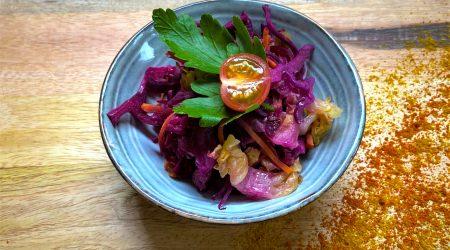 Salade fraicheur de sucrine émincée, carotte et chou rouge râpés, oignon rouge, tomate cerise et persil