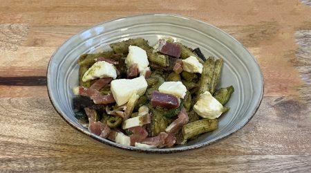Salade de pâtes à la sicilienne: penne bio, courgette, aubergines, mozzarella, jambon cru et basilic