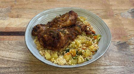 Tagine de poulet aux pruneaux et amandes, semoule et légumes (courgettes, navets, carottes...)