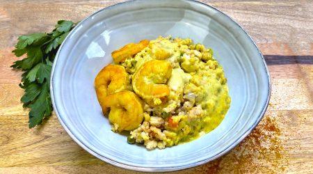 Crevettes aux lait de coco et curry doux, riz sauté aux légumes